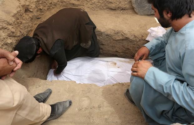 Grávida de 14 anos morreu depois que a família de seu marido ateou fogo ao seu corpo no Afeganistão (Foto: Rahmat Gul/AP)