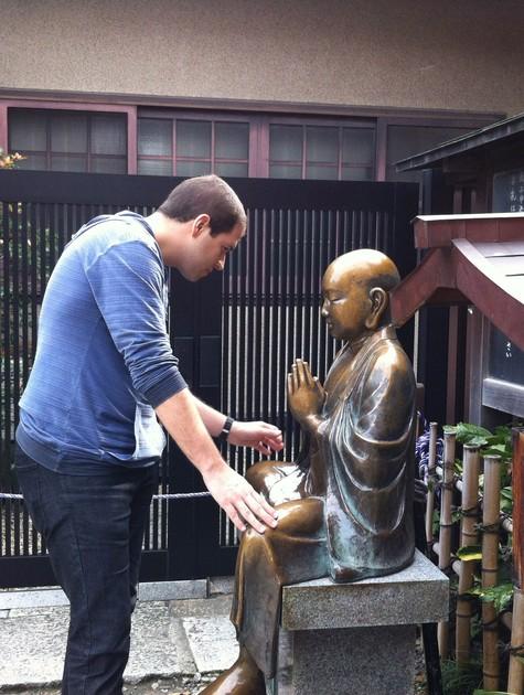 O repórter Paulo Mario Martins grava no Japão  (Foto: Divulgação)