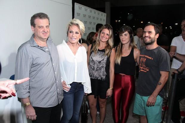 Ana Maria Braga e o namorado no show de Jack Johnson (Foto: Alex Palarea/AgNews)