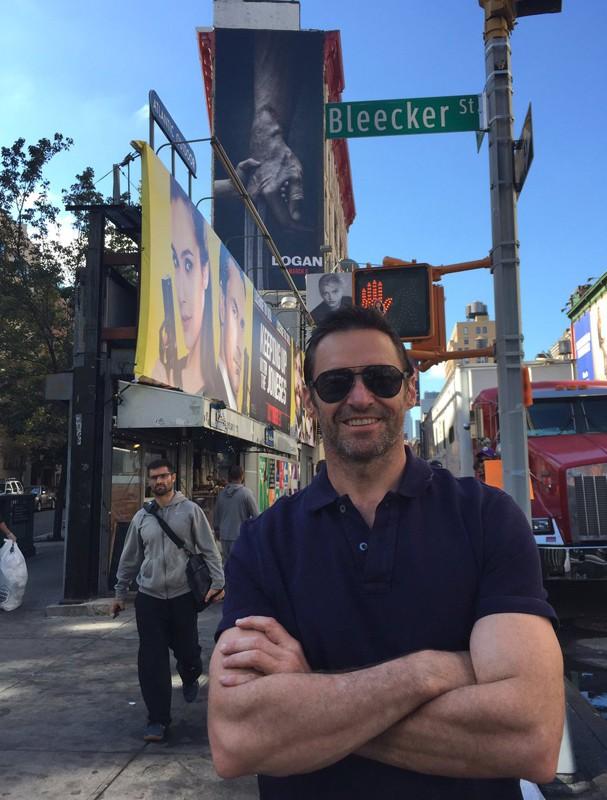 """Hugh Jackman com o cartaz de """"Logan"""" atrás (Foto: Reprodução/Twitter)"""