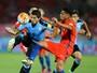Suárez recebe amarelo e, suspenso, não pega o Brasil na próxima rodada