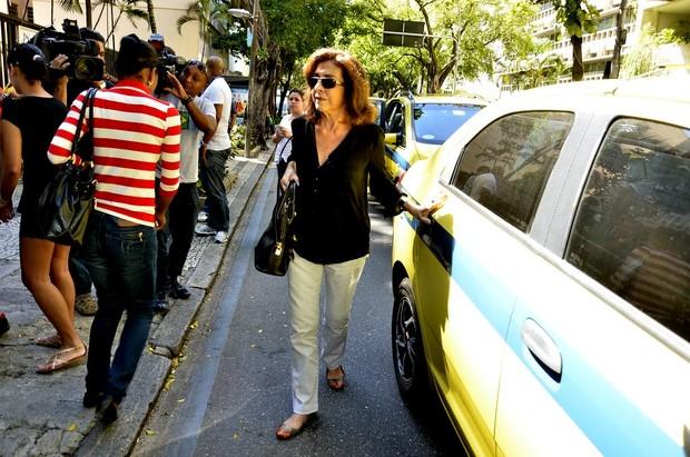 Betty Faria chega ao velório de José Wilker  (Foto: Isac Luz / Ego)