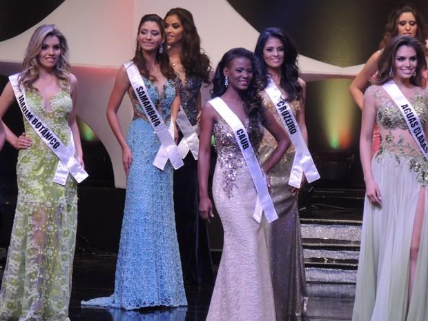 Parte das concorrentes ao Miss DF; vencedora do concurso, Luiza Lopes, aparece à direita (Foto: Administração Regional de Samambaia/Divulgação)