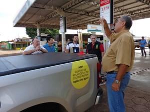 Amostras de combustíveis foram coletadas para análise nos postos de três cidades (Foto: Divulgação/MPE)