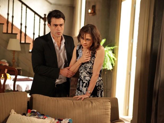 Fernando tentar ajudar Cora depois do susto  (Foto: Pedro Curi/TV Globo)