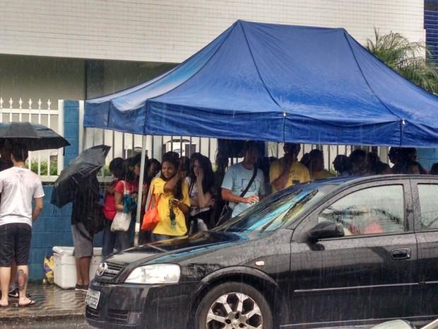 Estudantes se abrigaram em barracas por causa da chuva, antes do vestibular da Fuvest, em Santos (Foto: Rafaella Mendes/G1)
