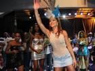 De sainha, Sabrina Sato cai no samba durante ensaio no Rio