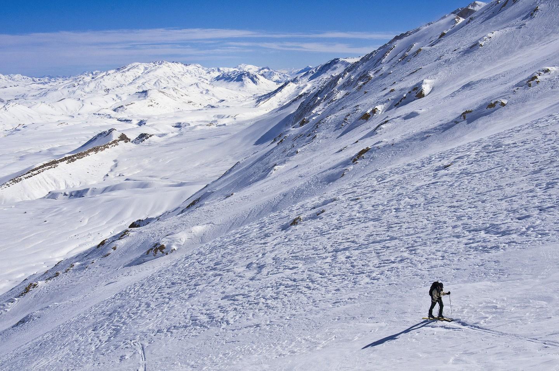 Turista escalando o Haftanan, nas Montanhas Zagros (FOTO: REPRODUÇÃO)