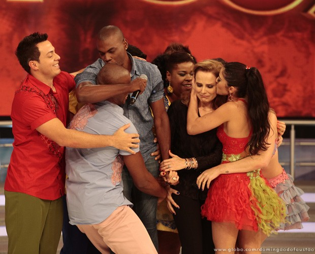 Bia Seidl recebe o carinho dos colegas do 'Dança dos Famosos 2013' (Foto: Domingão do Faustão / TV Globo)