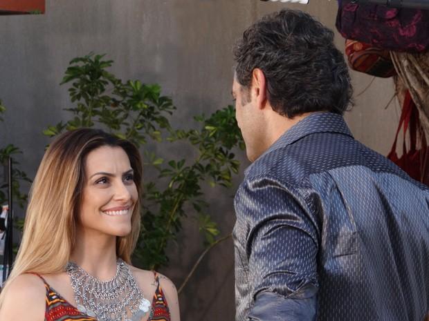 Bianca se encanta com o guia (Foto: Salve Jorge/TV Globo)