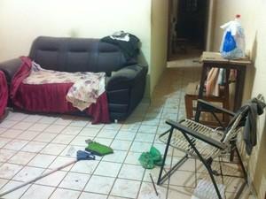 Estrutura de casa ficou comprometida após explosão (Foto: Natalia Souza/G1)