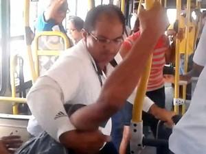 Motorista ficou irritado porque passageiro entrou pela porta de trás sem pagar em Natal (Foto: Reprodução/Vídeo)