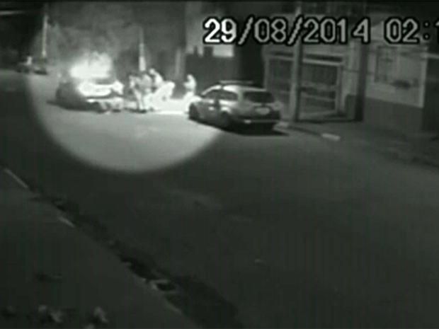 Vídeo mostra briga entre escrivão e PMs após acidente de trânsito em SP (Foto: Reprodução TV Globo)
