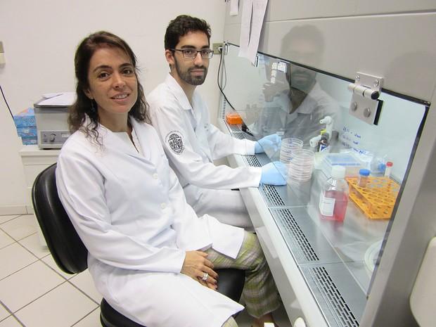 Patrícia Braga e Raphael Cruz, da Faculdade de Medicina Veterinária da USP, que realizarão experimentos com o vírus zika (Foto: Rafael Garcia/G1)