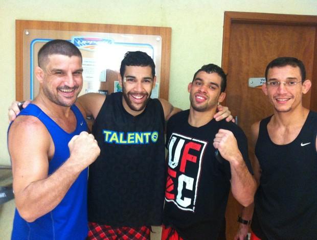 Jair Lourenço, Felipe Olivieri e Renan Barão posam após último treino de 2012 (Foto: Ana Hissa/SporTV.com)