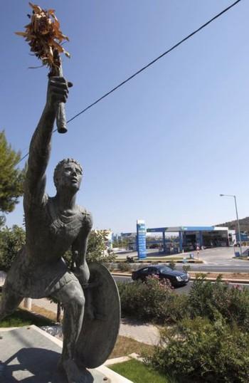 Estátua do mensageiro Feidípides no trajeto da Maratona de Atenas. Fotos de John Kolesidis/Reuters (Foto: Arquivo)