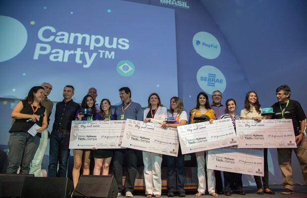 Premiadas recebem os cheques do Prêmio Mulheres Tech em Sampa (Foto: Luciana Aldegani / goo.gl/IXQQ6N)