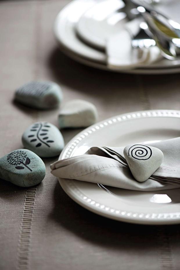 Seixos no caminho de mesa (Foto: Casa e Comida)