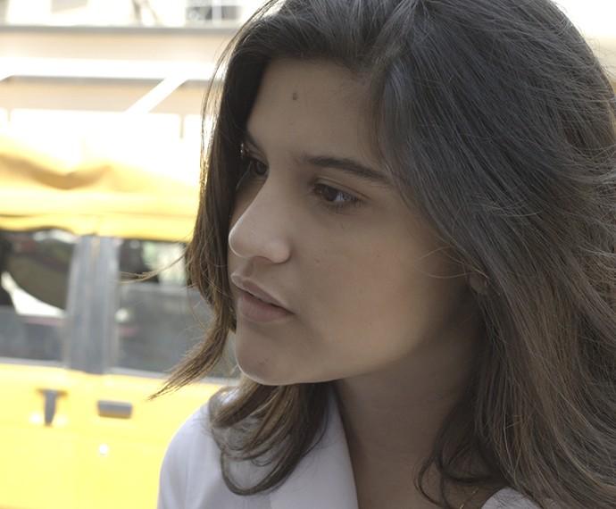 Lívia quer saber o que Nanda quer com Roger (Foto: TV Globo)