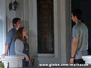 Mesmo com a falta de luz Ben tenta fazer a revelação, sem sucesso (Foto: Malhação / TV Globo)