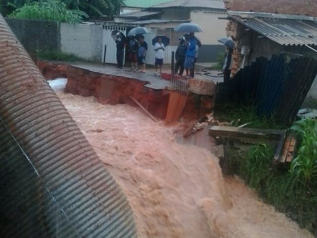 Tubalção do bairro Vicente Guabiroba acabou cedendo com a chuva  (Foto: José Geraldo Coelho / Arquivo Pessoal)