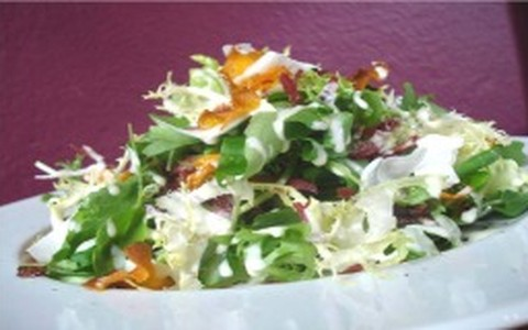 Salada de carne-seca com chips de abóbora e coco
