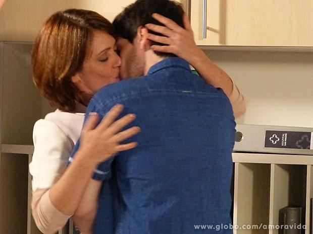"""Luciano deixa Joana desnorteada com beijo e declaração: """"Te amo!"""" (Foto: Amor à Vida/ TV Globo)"""