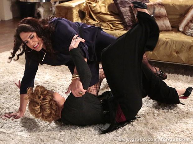 Bárbara Ellen e Mulher Pau de Jacu brigam e acabam rolando no chão (Foto: Sangue Bom / TV Globo)