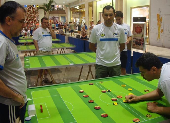 Final do estadual de futebol de mesa entre Roberto Giolo e Renato Garcia (Foto: Edson Cavalli/Fefumems)
