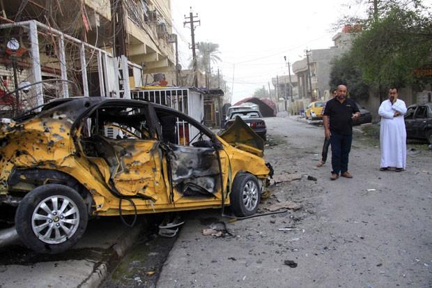Três morreram em explosão de carro-bomba em uma rua no bairro Al Qahira (Foto: Hadi Mizban/AP)