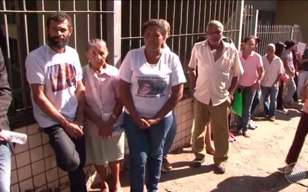 Familiares, amigos e vizinhos de adolescente comparecem a fórum para acompanhar julgamento (Foto: Reprodução/TV Santa Cruz)