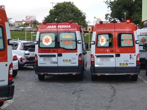 Ambulâncias de municípios do interior da Paraíba ficaram estacionadas à espera do retorno das macas (Foto: Walter Paparazzo/G1)