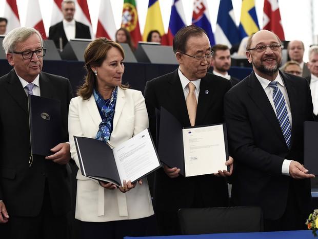 Da esquerda para a direita: Jean-Claude Juncker, presidente da Comissão Europeia, Segolene Royal, ministra de Desenvolvimento Sutentável e Energia a França, Ban Ki-moon, secretário-geral da ONU, e Martin Schulz, presidente do Parlamento Europeu, após rati (Foto: Frederick Florin/AFP)