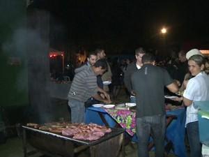 Convidados confraternizaram com churrasco (Foto: Reprodução / TV Tribuna)