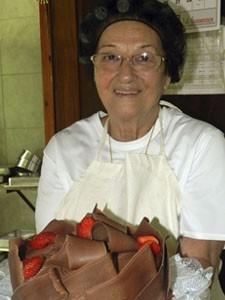 A confeiteira Lurdinha, que superou o câncer  (Foto: Débora Carvalho / G1)