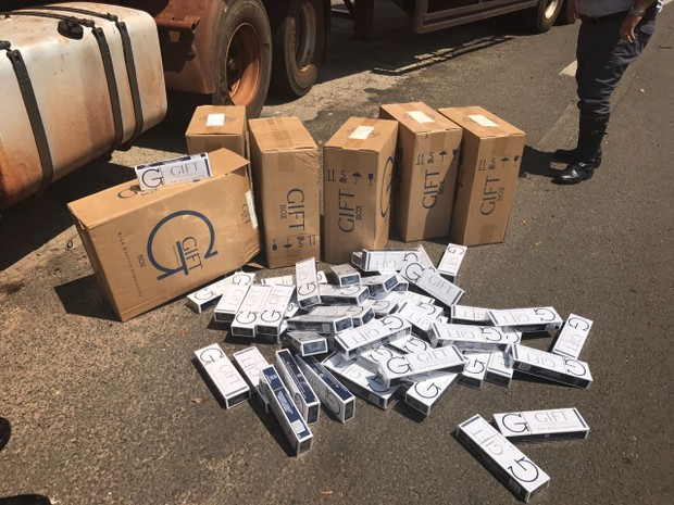 Cigarros foram apreendidos em caminhão (Foto: Giuliano Tamura/TV TEM)
