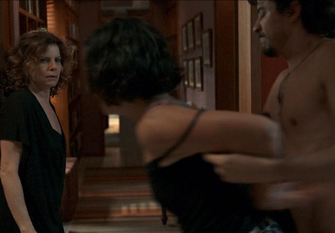 Regina chega endiabrada (Foto: TV Globo)