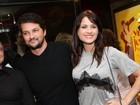 Detalhe de blusa revela sutiã de Luiza Valdetaro em estreia com famosos