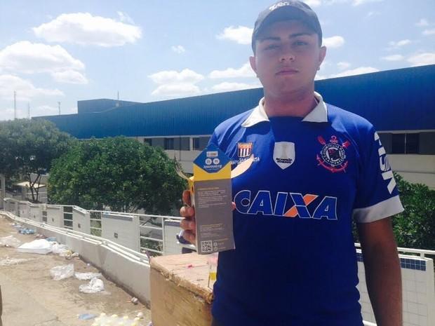 """O autônomo Janailson Oliveira, de 19 anos, aproveitou o Enem para ganhar um dinheiro extra em Caruaru, PE. """"Eu trouxe 100 canetas e vendi tudo. Cada uma por R$ 2. Só com a caneta lucrei R$ 200. O movimento estava muito grande. Foi muito bom pra mim"""", cont (Foto: Joalline Nascimento/G1)"""