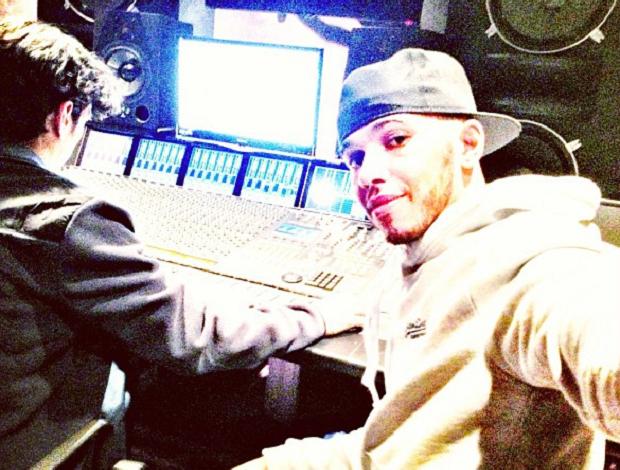 Lewis Hamilton gosta de música e se diverte em seu estúdio (Foto: Reprodução Instagram)