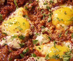 Shakshuka: prato da cozinha árabe tem carne moída, ovo e berinjela defumada