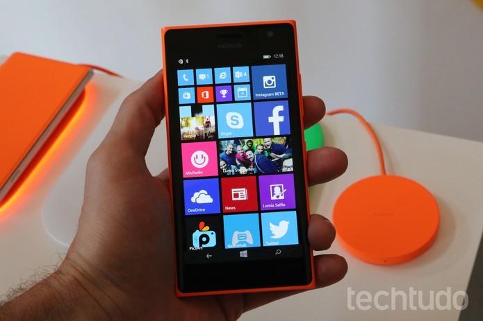 Lumia 735 tem conectividade 4G e câmera frontal de 5 megapixels para selfies (Foto: Fabrício Vitorino/TechTudo) (Foto: Lumia 735 tem conectividade 4G e câmera frontal de 5 megapixels para selfies (Foto: Fabrício Vitorino/TechTudo))