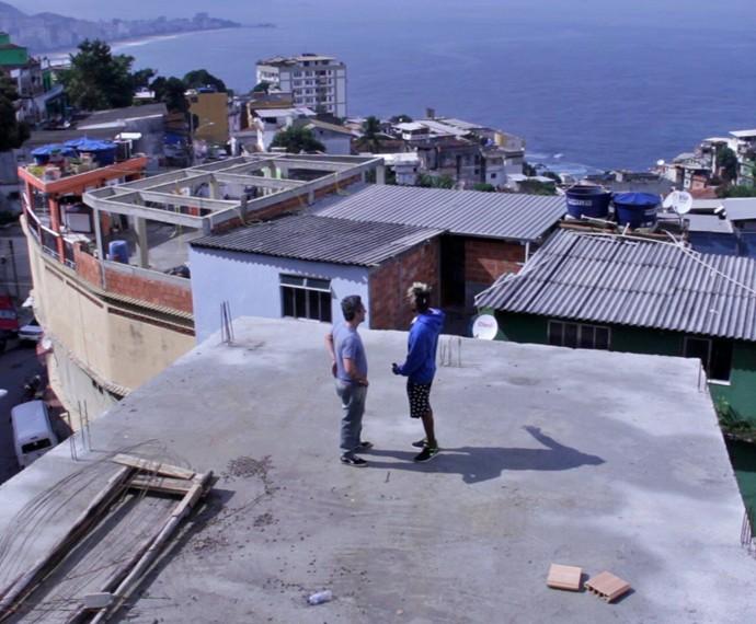 Alexandre Nero confere a vista privilegiada do Vidigal, comunidade carioca da Zona Sul (Foto: Divulgação)