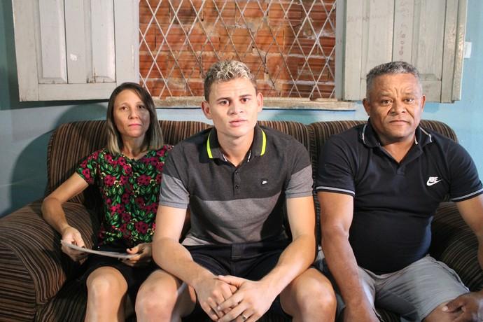 Jonas Corinthians e os pais em Teresina 2014 (Foto: Renan Morais/GloboEsporte.com)