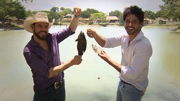 Repórter Brucce Cabral e o cantor Roberto Sare se jogam na pescaria (Foto: TV Sergipe)