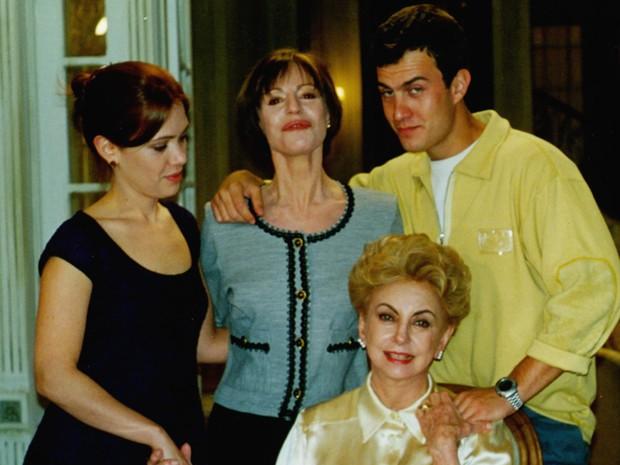 Gabriel Braga Nunes nos bastidores de Anjo Mau com elenco do seu núcleo (Foto: CEDOC / TV Globo)