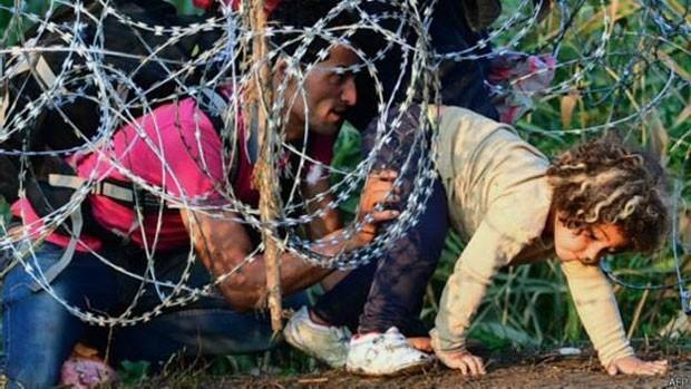 Governo húngaro ergueu uma cerca para tentar conter os imigrantes. (Foto: BBC)