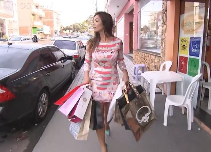 Carol Nakamura aproveitou para comprar roupas íntimas em Juruaia (Foto: Gshow)