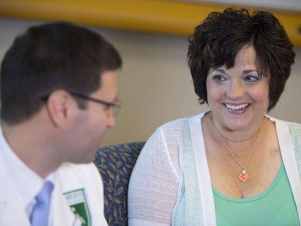 A paciente Aricca Wallace, que se submeteu a tratamento experimental contra câncer no colo de útero (Foto: Saul Loeb/AFP)