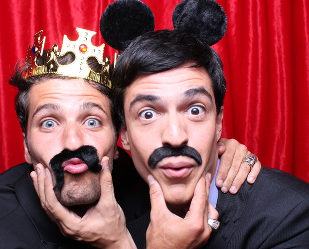 Fofura! Bruno Gagliasso e Mateus Solano se divertem na cabine (Foto: Domingão do Faustão/ TV Globo)
